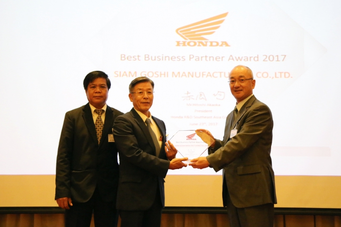 Honda R&D Southest Asia Co., LTD.の赤岡社長(右)より表彰を受けるSGMの松田社長(中央)