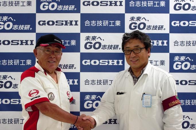 HINOチームスガワラ代表の菅原義正様(左)