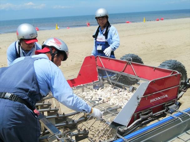 ビーチクリーンのゴミを回収