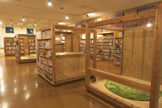 館内に設置されている5つの四角い「キューブ」好みの姿勢でマンガを読むことができる。
