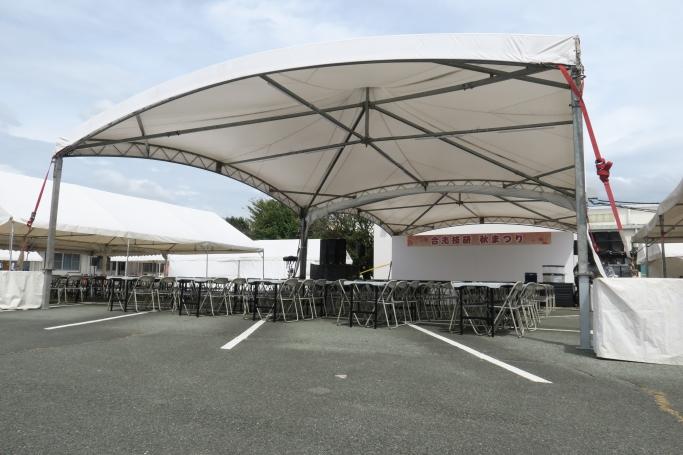 雨に備えてステージ前のテントを増設しました!