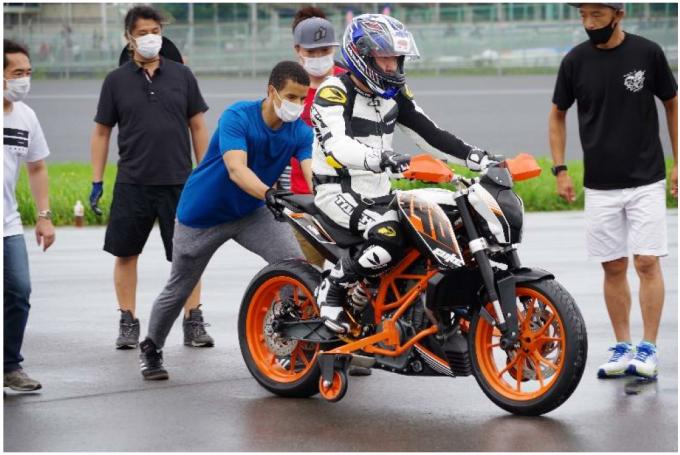 補助輪付きオートバイから練習開始!