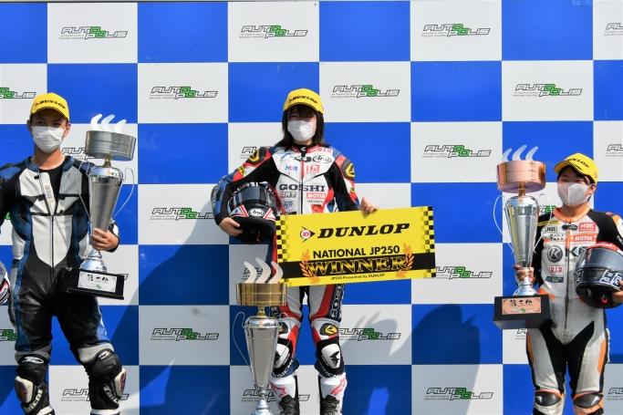JP250で優勝した#54梶山ライダー(中央)