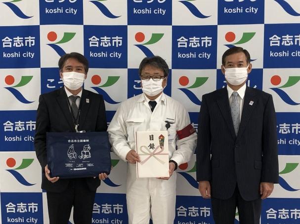 (左から)中島教育長、松原社長、荒木市長