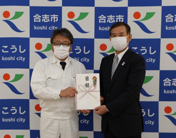 (左から)松原社長、荒木市長